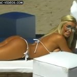 Claudia Ciardone en bikini con botas (extraño combo para Infama)